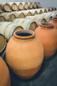 Château la Varière - Amphores et barriques pour l'élevage du vin
